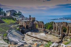 Panorama van het theater van taormina en mediterrane rug royalty-vrije stock fotografie