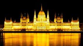 Panorama van het verlichte Hongaarse Parlement op de Rivierdijk van Donau in 's nachts Boedapest Stock Foto's