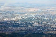 Panorama van het Westelijke deel van Alma Ata van de bergen royalty-vrije stock afbeelding