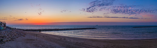 Panorama van het zonsondergangstrand royalty-vrije stock fotografie