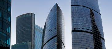 Panorama van high-rise bureaugebouwen in commerciële cen Royalty-vrije Stock Foto's
