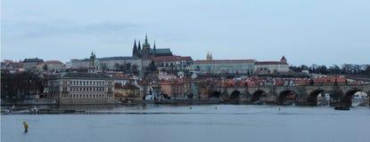 Panorama van historisch Praag met Kasteel, Vltava-rivier en Charles Bridge Stock Foto's