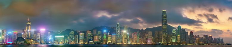 Panorama van Hong Kong Island in de avond, China stock afbeelding