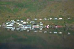 Panorama van Ijslandse stad - Eskifjörður Stock Afbeeldingen