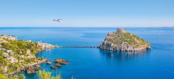 Panorama van Ischia Eiland en Aragonese-Kasteel, Italië stock afbeelding