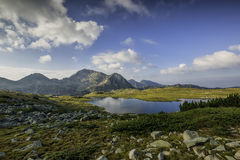 Panorama van Kamenitsa-Piek en Tevno-meer, Pirin-Berg royalty-vrije stock afbeelding