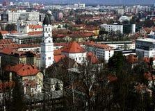 Panorama van kasteelheuvel aan de stadscentrum van Ljubljana, Slovenië Stock Foto