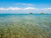 Panorama van Klein Tropisch Eiland met blauwe hemel Stock Fotografie