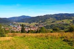 Panorama van kleine bergstad Stock Afbeeldingen