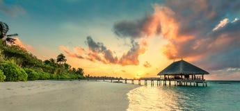 Panorama van kleine eilandtoevlucht in de Maldiven, Indische Oceaan Stock Afbeeldingen