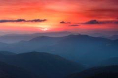 Panorama van kleurrijke zonsondergang in de bergen Dramatische donkere hemel Royalty-vrije Stock Foto