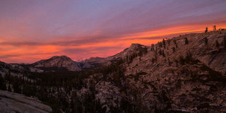 Panorama van kleurrijke zonsondergang in Yosemite Stock Afbeelding
