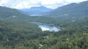 Panorama van Kotmale-Reservoir in Centrale Provincie Sri Lanka Weergeven van de groene vallei met dorpen stock videobeelden