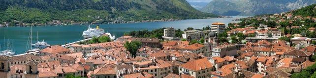 Panorama van kotorbaai en stad stock foto