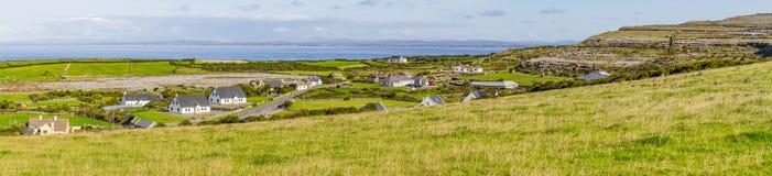 Panorama van Landbouwbedrijven in Fanore-dorp met de baai van Galway in backgroun royalty-vrije stock fotografie