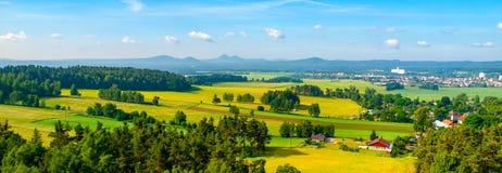 Panorama van landschap rond Bezdez-Kasteel op zonnige de zomerdag Tsjechische Republiek royalty-vrije stock afbeelding