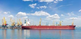 Panorama van ligplaats van een overzeese ladingshaven met schip Stock Fotografie