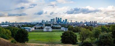 Panorama van Londen, dat van het waarnemingscentrum van Greenwich wordt bekeken Kanariewerf in het midden, O2 op het recht Royalty-vrije Stock Fotografie