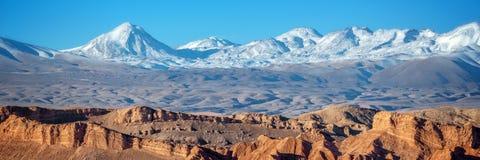 Panorama van Maanvallei in Atacama-woestijn, de bergketen van de Andes op de achtergrond, Chili stock foto