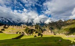 Panorama van Machu Picchu met dramatische hemel en wolken stock foto