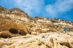 Panorama van Matala-strand De holen op de rotsen werden gebruikt als roman begraafplaats Royalty-vrije Stock Afbeeldingen