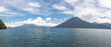 Panorama van Meer Atitlan en San Pedro Volcano - San Marcos La Laguna, Meer Atitlan, Guatemala stock foto