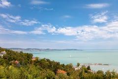 Panorama van Meer Balaton van Tihany-dorp in Hongarije Royalty-vrije Stock Foto's