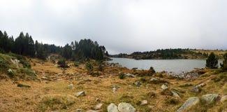 Panorama van meer en bos in het de herfstseizoen op een mistige dag, Lac des Bouillouses, Font Romeu, Frankrijk royalty-vrije stock afbeelding