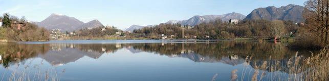 Panorama van meer Lago Di Muzzano in Lugano in Ticino, Zwitserland Stock Fotografie