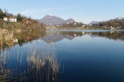 Panorama van meer Lago Di Muzzano in Lugano in Ticino, Zwitserland Stock Foto