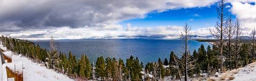Panorama van Meer Tahoe op een stormachtige dag, Siërra bergen, Californië stock fotografie