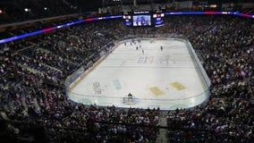 Panorama van Mercedes-Benz Arena in Berlijn tijdens ijshockeyspel stock footage