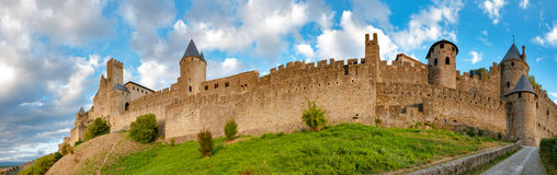 Panorama van middeleeuwse de stadsmuren van Carcassonne bij recente aftern Royalty-vrije Stock Foto's