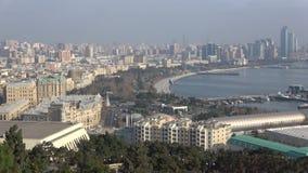 Panorama van moderne Baku, December-dag azerbaijan stock video