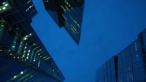 Panorama van moderne wolkenkrabbers dat van glas wordt gemaakt Gelijk makend, geen mensen stock footage