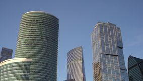 Panorama van moderne wolkenkrabbers dat van glas wordt gemaakt Hemel, weg, rivier dag stock footage