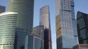 Panorama van moderne wolkenkrabbers van ongebruikelijke interessante vorm die van glas wordt gemaakt stock video