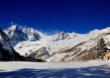 Panorama van Mont Blanc Chain in Valle D ` Aosta in een wintertijd Stock Foto's