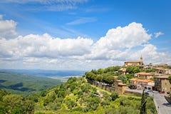Panorama van Montalcino, in Toscanië, beroemd voor zijn Brunello-wijn stock fotografie