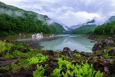 Panorama van mooi landschap met een meer Amtkel in Abchazië Stock Fotografie
