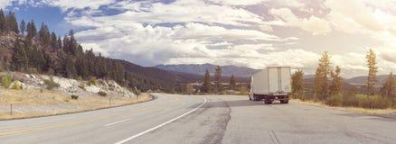 Panorama van mooie aard en een bergweg met semi Royalty-vrije Stock Foto's