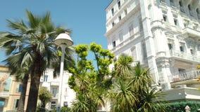 Panorama van mooie architectuur en historische huizenstad van de binnenstad in Cannes stock footage