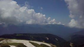 Panorama van mooie bergvallei vanaf de bovenkant van de bergen van rozakhutor stock video