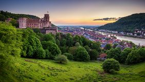 Panorama van mooie middeleeuwse stad Heidelberg met inbegrip van Carl Theodor Old Bridge, de rivier van Neckar, Kerk van de Heili stock afbeeldingen