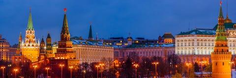 Panorama van Moskou het Kremlin in de winternacht stock fotografie