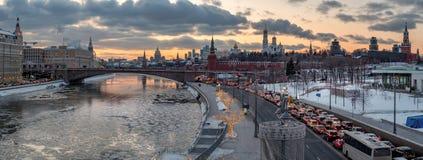 Panorama van Moskou het Kremlin en de rivier van Moskou met straatverlichting bij zonsondergang royalty-vrije stock afbeeldingen