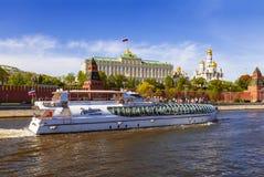 Panorama van Moskou het Kremlin met een toeristenboot die op de rivier van Moskou op een zonnige de lentedag drijven stock afbeelding