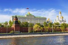 Panorama van Moskou het Kremlin op een zonnige de lentedag, stock afbeelding
