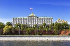 Panorama van Moskou het Kremlin op een zonnige de lentedag, royalty-vrije stock afbeeldingen