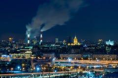 Panorama van nacht Moskou De grote Lichten van de Stad De stoom komt uit de CHP pijpen royalty-vrije stock afbeelding